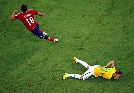 Zuniga jatkaa pallontavoittelua Neymarin pidellessä selkäänsä.