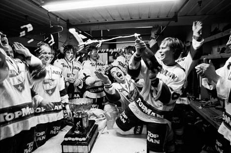Kevään 1983 finaalisarja HIFK:n ja Jokerien välillä jäi stadilaiseen kiekkohistoriaan. Matti Hagman johti juhlintaa HIFK:n kopissa.
