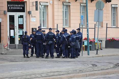 Poliisit valmistautuivat Putinin saapumiseen.