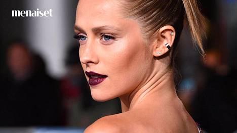 Tee huulimeikki viininpunaisella mattapunalla taputtelemalla väri huulille niin, että lopputulos näyttää intensiivisestä väristä huolimatta luonnolliselta.