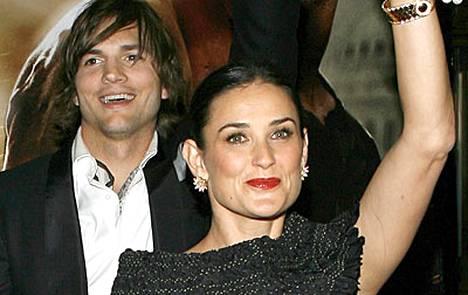 Ashton Kutcher ja Demi Moore tervehtivät innokkaita ihailijoitaan.