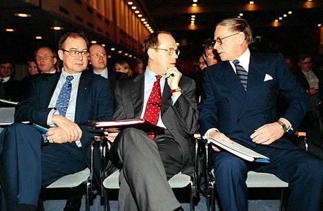 Nokian yhtiökokouksessa Helsingissä vuonna 1998. Kuvassa Ollilan kanssa Iiro Viinanen sekä Casimir Ehrnrooth.