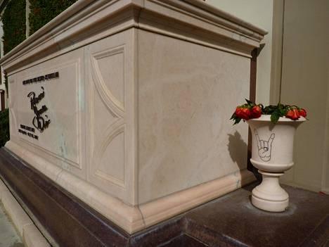Ronnie James Dion hauta Forest Lawn Memorial Park -hautausmaalla Hollywoodin kukkuloilla Los Angelesissa.