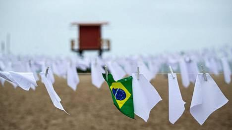 Brasiliassa rikkoutui perjantaina 600000 koronakuoleman raja. Koronauhrien muistomerkki on Rio de Janeiron Copacabanan rannalla.