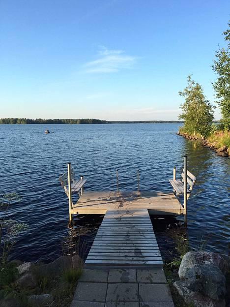 Pitkän ajopäivän jälkeen on ihanaa pulahtaa järveen.