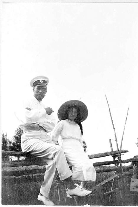 """Keisari Nikolai eli virolahtelaisittain """"Niki"""" tyttärensä Anastasian kanssa huvipuiston riukuaidalla."""