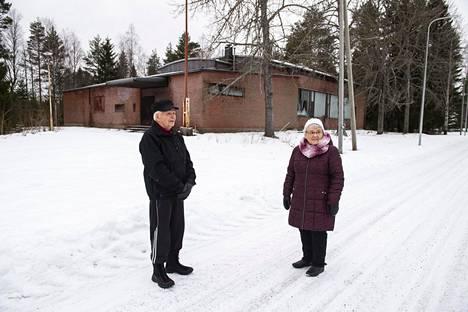 Aili ja Voitto Laurila viihtyvät Lampinsaaressa, vaikka palveluja ei enää ole.