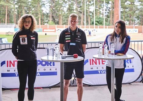 Junnila, juoksija Topi Raitanen sekä pika-aituri Nooralotta Neziri Jyväskylän kisailtaa ennakoivassa tiedotustilaisuudessa.