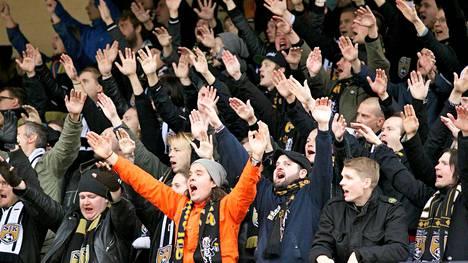 SJK:n kannattajat pääsevät juhlimaan mitalia Veikkausliigan kauden 2014 päätteeksi.