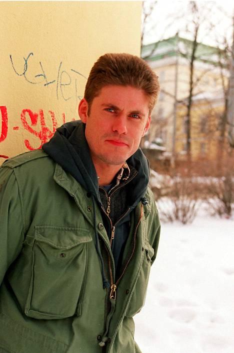 1993: Tommi Korpela opiskeli Teatterikorkeakoulussa ja näytteli Q-teatterin kiitetyissä näytelmissä, muun muassa Skavabölen pojissa.