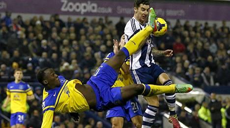 Evertonin Romelu Lukaku (vas.) taisteli täysillä West Bromwichin Liam Ridgewellin kanssa.