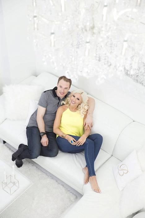 Maisa Torppa ja Jari-Matti Latvala kuvattuna yhteisessä kodissaan vuonna 2016. Pari erosi viime lokakuussa.