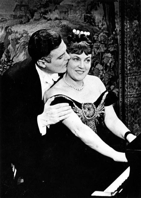 Elokuvassa Eteenpäin elämään (1939) Emmi Jurkka näytteli Tauno Palon kanssa.