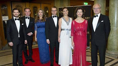 Kuningasperheen osakeomistukset ovat kahdessa eri sijoitusyhtiössä. Kuningasperheen lasten prinssi Carl Philipillä (vas), prinsessa Madeleinella (kolmas vas.) ja kruununprinsessa Victorialla (kolmas oik.) on oma sijoitusyhtiö. Kuningasperheellä on lisäksi osakeomistuksia säätiössä.
