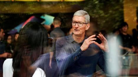 Applen toimitusjohtaja Tim Cook on vihjannut yhtiön laskevan iPhone-puhelimiensa hintoja joillakin markkinoilla.