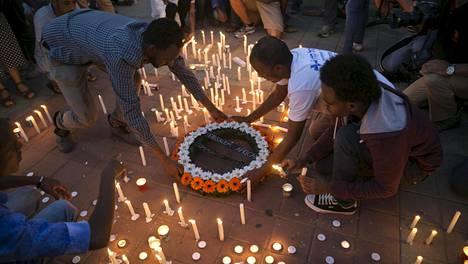 Israelissa on ollut tässä kuussa paljon väkivaltaisuuksia. Tel Avivissa sytytettiin keskiviikkona kynttilöitä surmatun eritrealaisen maatyöläisen Habtom Zarhumin muistoksi.