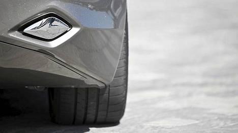 Takapuskurissa olevat pakoputket päästelevät päästöjen sijaan vain ääntä jalankulkijoiden varoittamiseksi, koska sähköauto on hiljainen.