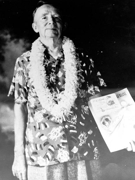 John Hauli huvilallaan 1950-luvulla. Havaijin-vuosiensa peruna Haulilla oli tapana käyttää havaijilaispaitaa ja leitä juhlapyhinä.