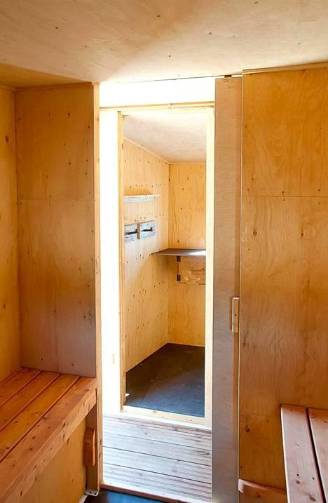 Saunan pukutiloissa on peili ja istuimet.