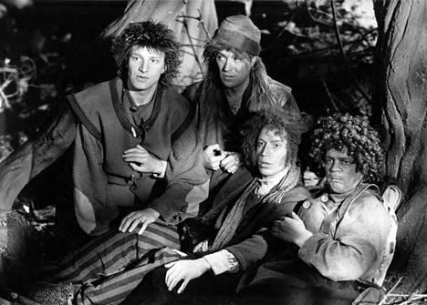 Taneli Mäkelä (vas.), Pertti Sveholm, Jari Pehkonen ja Jarmo Hyttinen Hobitit-tv-sarjassa, joka tehtiin Ryhmiksen Taru sormusten herrasta -näytelmästä.