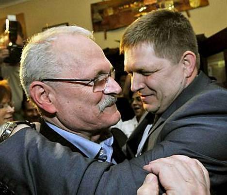 Pääministeri Robert Fico (oik.) onnittelee Ivan Gasparoviciä vaalivoitosta.
