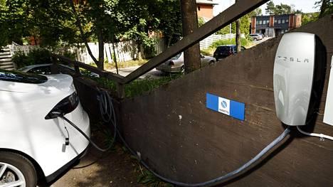 Sähköautojen lataaminen epäilyttää monissa taloyhtiöissä, minkä vuoksi latauspisteiden perustaminen saatetaan kokonaan kieltää.