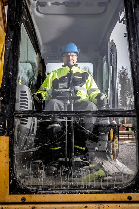 Markku Saukko työskentelee huutokauppahommien ohella kaivinkoneenkuljettajana. Töitä on onneksi riittänyt vielä koronaviruksesta huolimatta.