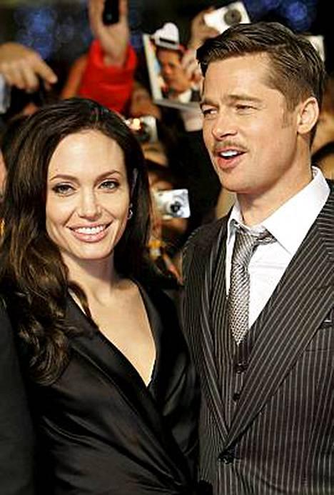 Hollywoodin unelmaparin elämä ei ole yhtä ruusuilla tanssimista. Brad Pitt onnistui suututtamaan avopuolisonsa, kuuden lapsen äidin Angelina Jolien juhlimalla yömyöhään Berliinissä ensi-iltabileissä.