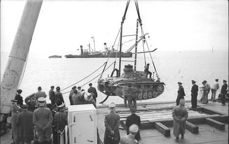 Saksalaiset harjoittelivat panssarikaluston kuljettamista Englannin kanaalin ylitse. Kuvassa amfibiopanssarivaunuksi muunnettu Pz.Kpfw III.