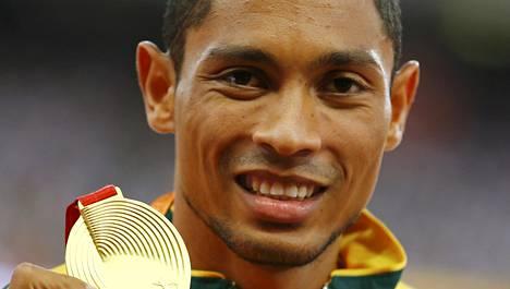 Wayde van Niekerk otti yllätyskultaa Pekingin 400 metrillä.