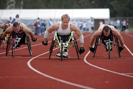 Ratakelaaja Leo-Pekka Tähti (keskellä) voitti 100 metrin mestaruuden parayleisurheilun EM-kilpailuissa Leppävaaran stadionilla vuonna 2005.