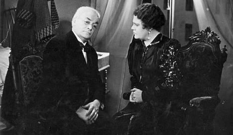Yrjö Nortan ja Toivo Särkän ohjaamassa farssikomediassa Asessorin naishuolet (1937) Korhonen näyttelee kommelluksiin ajautuvaa asessoria Alfred Haaravirtaa.