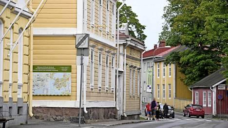 Yksi Uudenmaan matkailuhelmistä on Tammisaari. Siellä voi osallistua vaikkapa opastuskierrokselle, jossa teatteriharrastaja Anne Ingman vetää rooliopastuksia Helene Schjerfbeckinä.