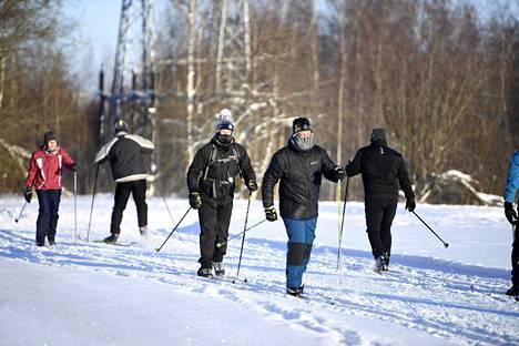Helsingin Vanhankaupunginkosken hiihtoladulla kävi kuvina aurinkoisena pakkaspäivänä viime lauantaina.
