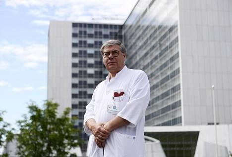 Husin ylilääkäri Asko Järvinen kertoo, että tulokset koronanäytteistä saadaan nyt puolet nopeammin kuin pandemian alussa.