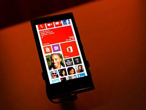 Pian Windows Phonen saa samaan puhelimeen kuin Androidin. Kuvassa Lumia 920.