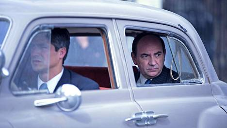 Pablo Neruda (Luis Gnecco, oik.) pakoilee poliisia.