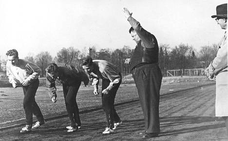 Lähettäjä Lauri Ollitervo haaskasi patruunoita harjoituksissakin, mutta olivathan radalla herrat sellaiset kuin ME-juoksija Olavi Salsola (vas), Paavo Nurmen poika Matti Nurmi ja Tauno Kontio. Vuonna 1959 treenikausi avattiin ulkona jo huhtikuun puolivälissä.