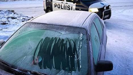 Poliisi ripittää Instagram-päivityksessä huolimattomia talviautoilijoita.