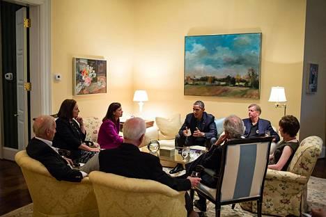 Silloiset varapresidentti Joe Biden ja presidentti Barack Obama keskustelevat senaattoreiden kanssa varapresidentin virka-asunnolla.