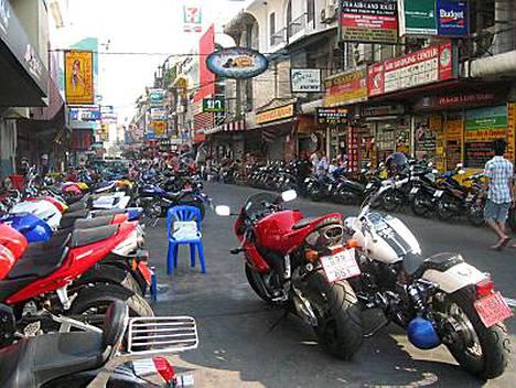Thaimaan poliisi on selvittänyt Pattayalla maanantaiyönä suomalaismiehen surmanneiden henkilöllisyydet.
