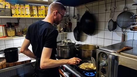 Tamperelaisen kasvisravintola Gopalin kokki Kristian Virtanen friteeraa kukkakaalia.