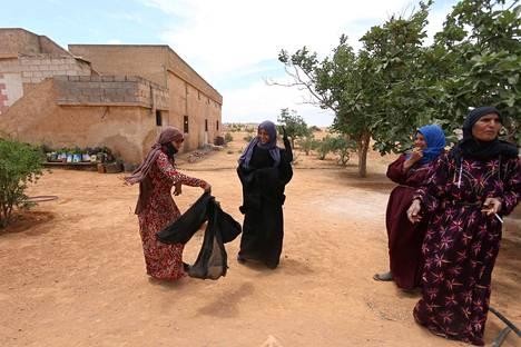 Naiset riemuitsivat päästessään eroon kasvot lähes kokonaan peittämistä niqab-hunnuista, joita Isis-hallinto pakotti heitä käyttämään.