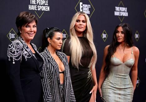 Khloé kuvattuna yhdessä äitinsä Kris Jennerin sekä siskojensa Kourtneyn ja Kimin kanssa.