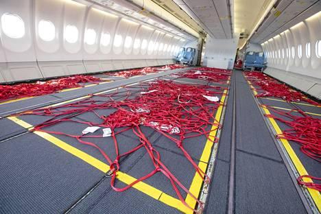 Keväällä Finnair muunsi kolme A330-konetta rahtikoneiksi poistamalla economy-puolen penkit. Suomeen se toi maskeja ja täytti koneita lohella.