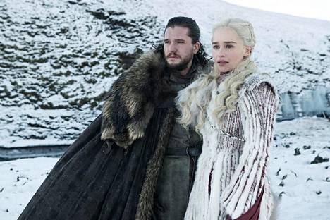 Jon (Kit Harington) ja Daenerys (Emilia Clarke) kärkkyvät paikkaa vallan takaavalta rautaistuimelta.