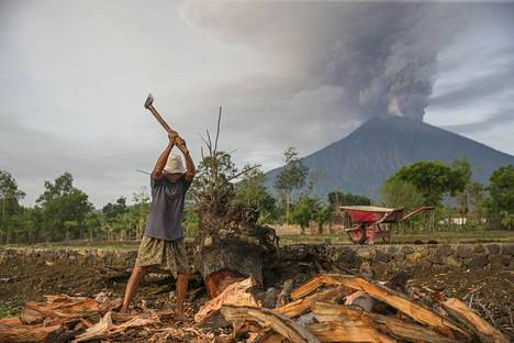 Suomalaisen Sakari Mc Gregorin mukaan paikalliset ovat jatkaneet hommiaan tavalliseen tapaan, vaikka Agung-tulivuori syöksee tuhkaa ja savua taivaalle.