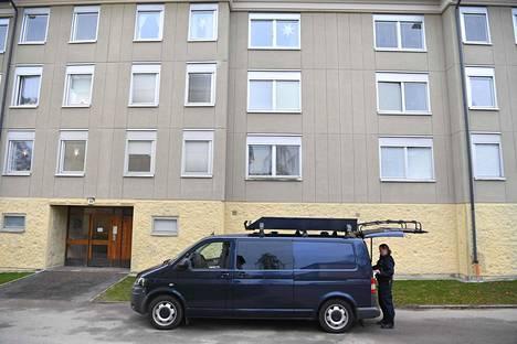 Poliisin auto kerrostalon pihalla Haningessa maanantaina.