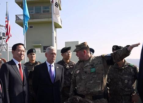 Mattis ja Etelä-Korean puolustusministeri Song Young-moo vierailivat myös vyöhykkeellä olevassa observatoriossa.