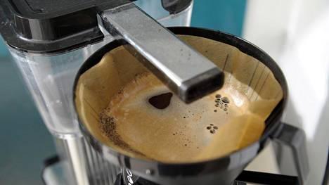 Kahvia keittäessä osa vedestä jää keittimen sisään. Se on aivan normaalia, eikä pitäisi vaikuttaa makuun – mikäli vettä ei jätä keittimeen pitkiksi ajoiksi seisomaan.